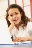 Schoolmeisje in de Klasse die van IT Computer met behulp van Royalty-vrije Stock Foto's