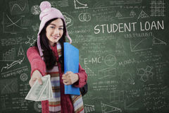 Schoolmeisje in de winterslijtage die studentenlening geven Stock Foto