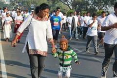 Schoolmeisje die bij Hyderabad 10K Looppasgebeurtenis lopen, India Royalty-vrije Stock Fotografie