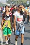 Schoolmeisje die bij Hyderabad 10K Looppasgebeurtenis lopen, India Stock Foto's