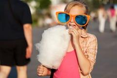 Schoolmeisje die gesponnen suiker eten stock afbeeldingen