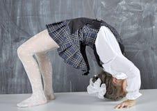 Schoolmeisje die gymnastiek doen stock afbeeldingen