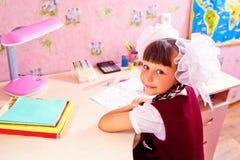 Schoolmeisje die thuiswerk doen Royalty-vrije Stock Foto