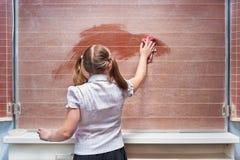 Schoolmeisje in een klaslokaal Stock Afbeeldingen