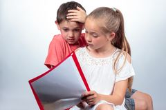 Schoolmeisje en schoolmeisje die samen bestuderen stock fotografie
