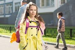 Schoolmeisje in gele laag Royalty-vrije Stock Fotografie