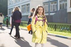 Schoolmeisje in gele laag Royalty-vrije Stock Foto