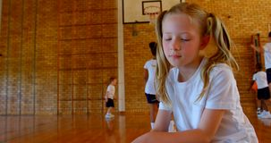 Schoolmeisje het ontspannen in basketbalhof op school 4k stock video