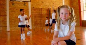 Schoolmeisje het ontspannen in basketbalhof op school 4k stock videobeelden