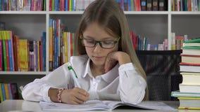 Schoolmeisje het Schrijven het Bestuderen in Klaslokaalstudent Child Learning in Bibliotheek 4K stock video