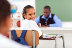 Schoolmeisje in klaslokaal Stock Foto