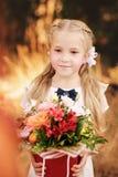 Schoolmeisje met bloemen royalty-vrije stock foto
