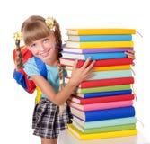 Schoolmeisje met de stapel van de rugzakholding van boeken. Royalty-vrije Stock Foto