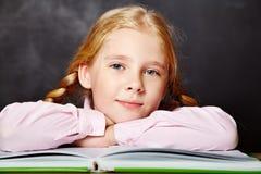 Schoolmeisje met een boek Stock Fotografie