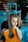 Schoolmeisje met een gitaar Stock Foto's