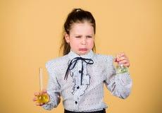 Schoolmeisje met kleurrijke chemische vloeistoffen Het hebben van pret met chemie Het concept van het onderwijs Veiligheidsmaatre royalty-vrije stock afbeelding