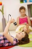 Schoolmeisje met microfoon en hoofdtelefoons Stock Foto