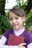 Schoolmeisje, met oud boek Stock Foto