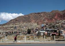 Schoolmeisje op een brug over de rivier in La Paz, Bolivië Stock Foto's