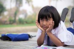 Schoolmeisje in platteland stock foto