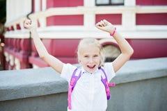 Schoolmeisje in school eenvormige tonende handen omhoog Stock Afbeelding