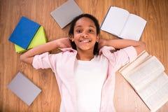 Schoolmeisje thuis royalty-vrije stock afbeelding
