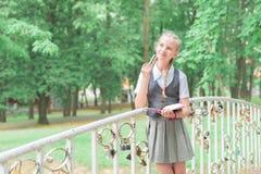 Schoolmeisjegedachte in uniform Het kind leert ver ontwikkelingsonderwijs royalty-vrije stock afbeeldingen