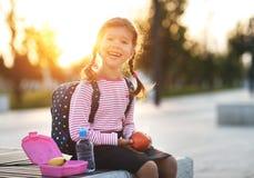 Schoolmeisjekind die lunchappelen eten op school Royalty-vrije Stock Foto's