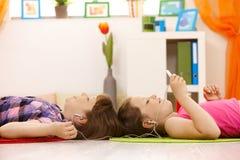 Schoolmeisjes die aan muziek luisteren Royalty-vrije Stock Foto's