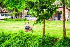 Schoolmeisjes die een fiets, Kambodja berijden royalty-vrije stock fotografie