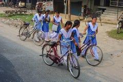 Schoolmeisjes die hun huizen van stad naar dorp gaan royalty-vrije stock foto's