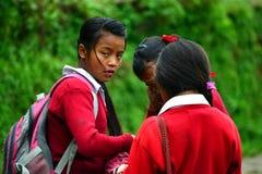 Schoolmeisjes die naar school in Himalayagebergte gaan Royalty-vrije Stock Fotografie