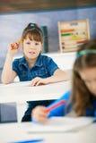 Schoolmeisjes in klasse Stock Afbeeldingen