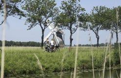 Schoolmeisjes op een fiets in Nederland Stock Afbeelding
