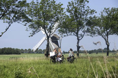 Schoolmeisjes op een fiets in Nederland Stock Afbeeldingen