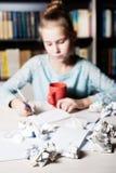 Schoolmeisjezitting bij lijst met in hand potlood Royalty-vrije Stock Fotografie