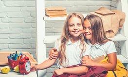Schoolonderbreking met gelukkige kinderen, schoolonderbreking met kleine meisjes stock fotografie