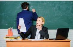 Schoolonderwijs Tref voor schoolles voorbereidingen Controlethuiswerk Schrijf uw taak neer Leraren die in parenschool werken stock afbeeldingen