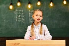 Schoolorde de goede orde moet op school zijn schoolorde en discipline schoolorde voor nieuwsgierig meisje royalty-vrije stock afbeelding