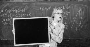 Schoolprogramma en extra klassen Van het de greepbord van de leraarsvrouw ruimte van het de reclameexemplaar de lege Schoolinform royalty-vrije stock foto