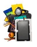 Schoolrugzak met levering en een tablet met hoofdtelefoons royalty-vrije stock foto's