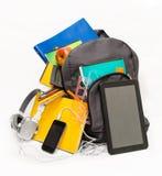 Schoolrugzak met schoollevering en een tablet met headphon stock afbeelding