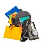 Schoolrugzak met schoollevering en een tablet met hoofdtelefoon stock foto