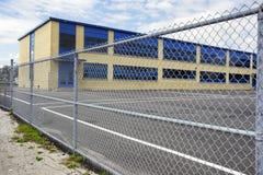 Schoolspeelplaats met poorten Stock Fotografie