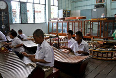 Schoolstudenten in het spelen van Thailand instrumenten Stock Foto's