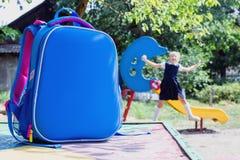 Schooltas en een elementaire student op speelplaats royalty-vrije stock foto's