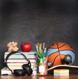 Schooltoebehoren op Desktop met leeg bord in backg stock foto's