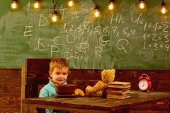 Schoolvoedsel Weinig jongen heeft schoolvoedsel Het kind geniet school van voedsel Schoolvoedsel voor schooljongen Ben slim, eet  royalty-vrije stock afbeelding