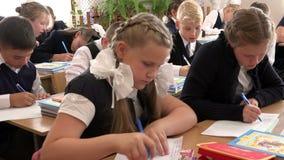 Schoolwork孩子在第一个教训的教室在学年 股票视频