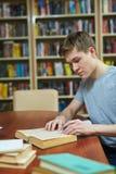 Schoolwork dans la bibliothèque images libres de droits